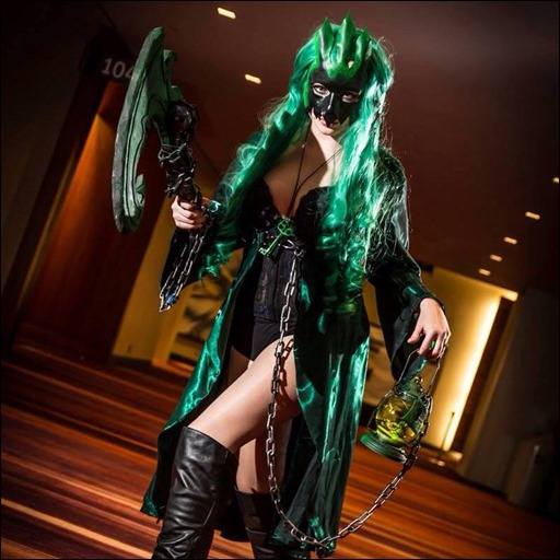PrettyWreck Cosplay as Female Thresh
